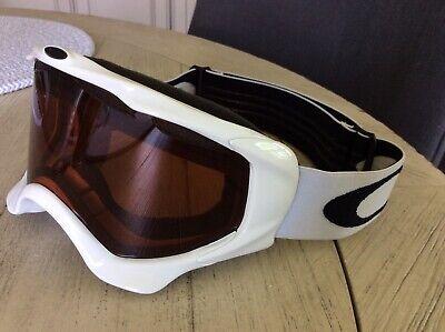 Men's white Oakley snowboard or skiing goggles