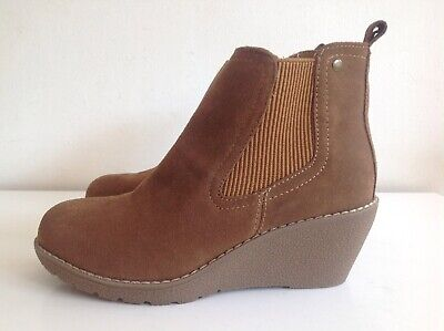 Khombu Chestnut Tan Suede Wedge Ankle Boots Size 4 Memory Foam Insole