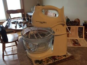 Hand mixer with bowl rest