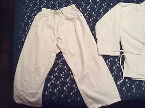 Size 0 Child's Karate or martial arts Gi (6-8 yrs, 55-80lbs)