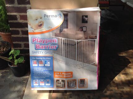 Playpen barrier with gate