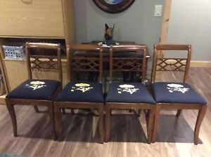 Four beautiful vintage dining chairs All Four for 125$