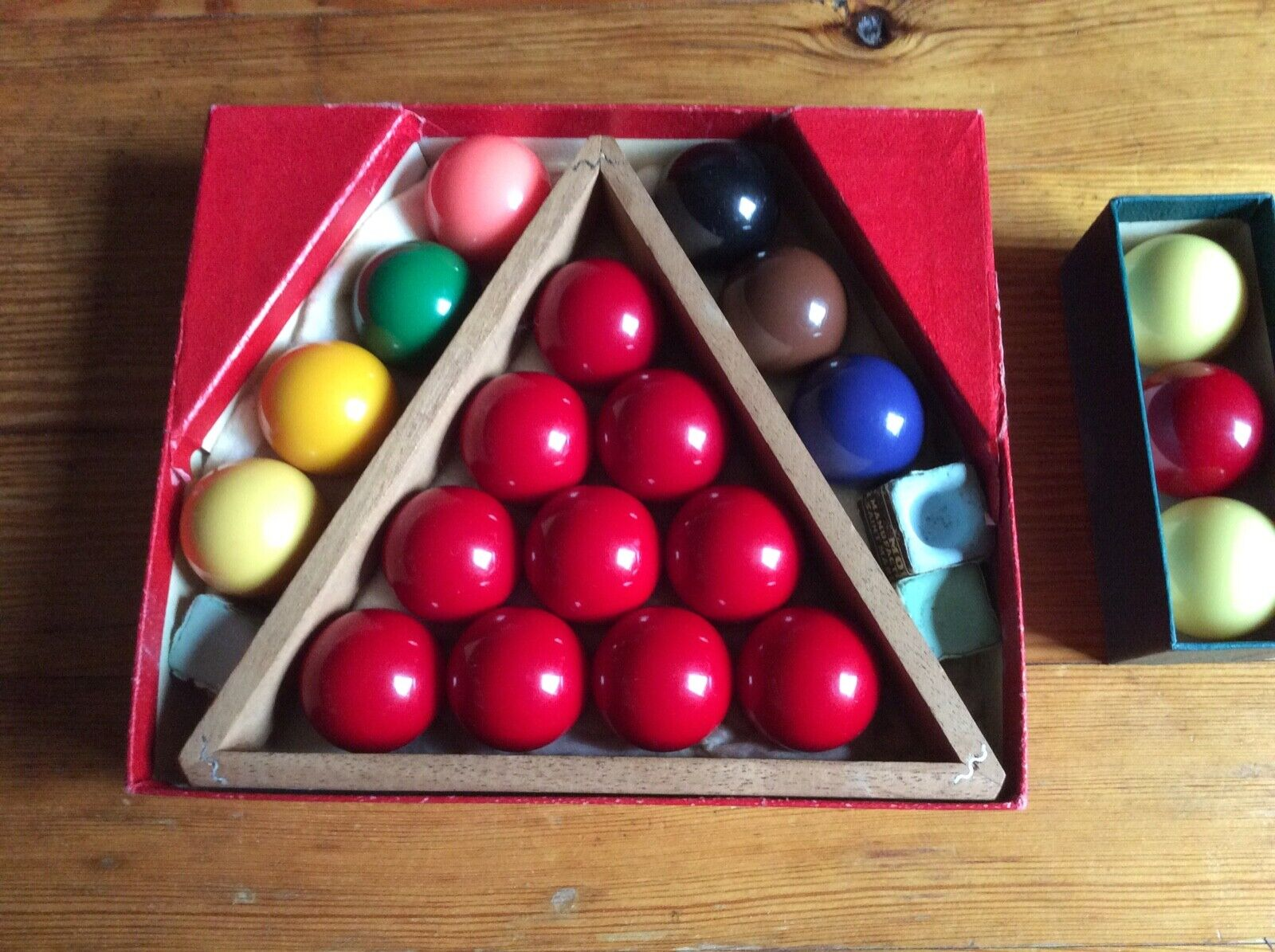 Snooker and billiard balls, and score display