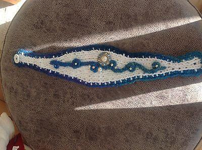 Stirnband Strick Häkelarbeit Handarbeit Häkelblume Strass Ohrwärmer weis blau