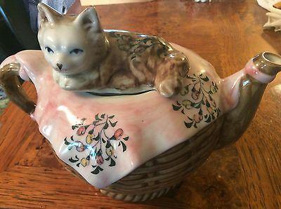 Vintage bone china teapot w/cat on lid