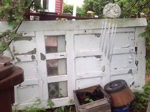 Vieilles portes de garage en bois avec fenêtres