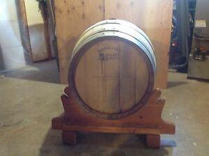 Baril en chêne Français 110 litres à vendre avec base en bois
