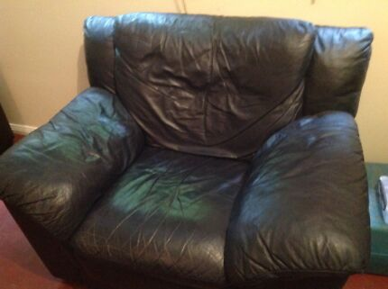 2 navy blue leather armchairs in good condition