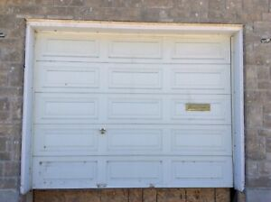 Porte de garage avec ouvre-porte / Garage door with door opener