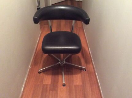 Hairdressing salon chairs $40 each Ono