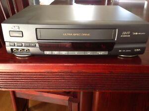 Lecteur VHS avec plus de 30 cassettes pour enfants