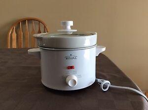 Brand new NEVER BEEN USED!!! Small slower cooker