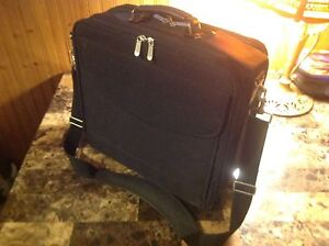 Heavy duty laptop carrying case