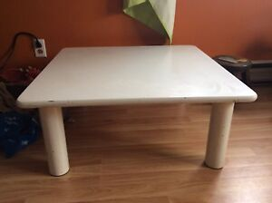 Table basse environ 3 pieds x 3 pieds