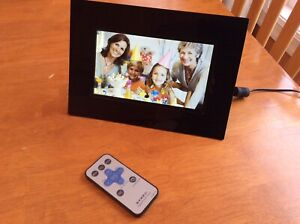 """DYNEX 7"""" Digital Picture Frame With Remote"""