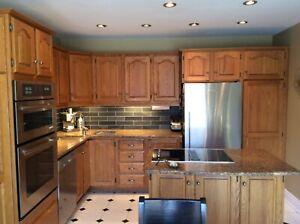 Armoires de cuisine en chêne et comptoirs en granite