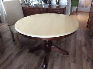 Round dining table with extension