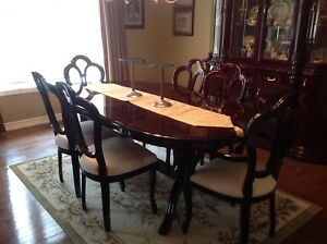 9 Piece dining set with mahogany finish - excellent condition