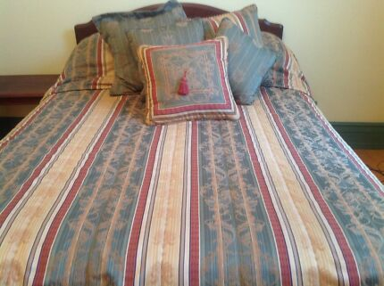 Double size bedspread and cushions