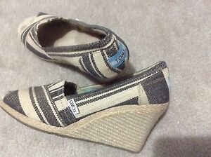 Toms shoes, sandals,  good conditions, comfortable