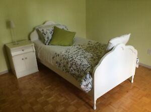Lit «Lépine» en bois franc blanc et sa table de nuit