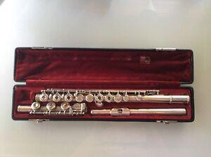 Flute Traversière Yamaha YFL-385 avec plateaux ouverts.