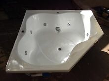 Corner white spa bath in great condition with pump Corrimal Wollongong Area Preview