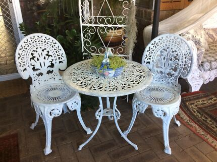 Ornate cast aluminium 3 piece outdoor setting