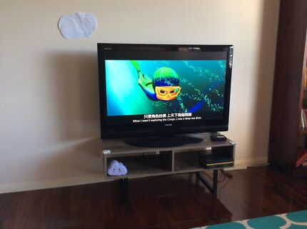 """40"""" inch TOSHIBA FHD LCD Slim & light TV base and remote"""