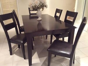 Beautiful dining table and 6 chairs