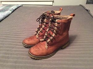 Ladies size 6 Lightweight boots