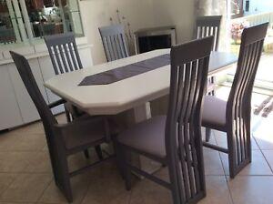 Ensemble salle à dîner avec 2 rallonges  et vaisselier $550
