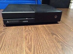 Xbox one 1 to , 2 manettes , 1 micro et 8 jeux