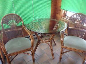 Table de rotin et deux chaises