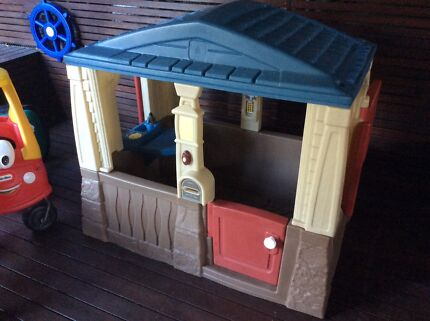 Cubby house and car