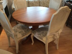 Round table with extension. Vintage, solid oak. No chairs