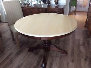 Very nice round dining table with extension