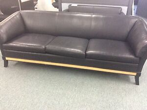 Black leather sofa en cuir