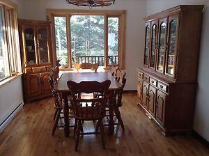 Ensemble complet de salle à manger de style champêtre en chêne.