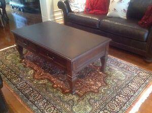 Table de salon couleur brun foncé