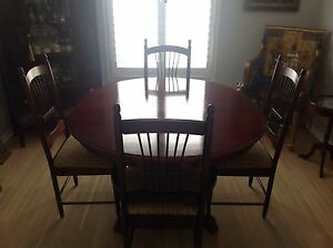 ROUND DINING TABLE WITH TWO EXTENSIONS/ INCLUDING 4 CHAIRS