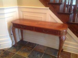 table basse et console d'entrée en bois de couleur ambré.