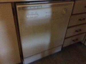 Lave-vaisselle Maytag blanc ayant + de 10 ans