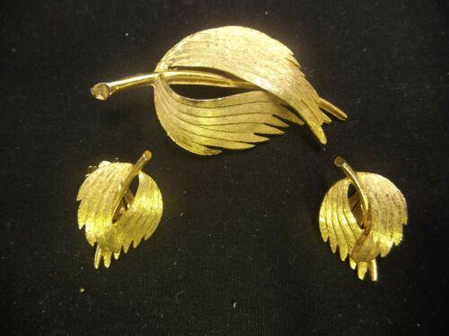 VINTAGE GOLD TONE METAL LAPEL BROOCH PIN & CLIP ON EARRINGS JEWELRY SET WINGS