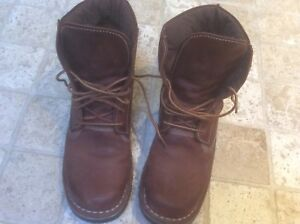 Size 40 ~ mens 7.5, ladies 9.5-10, leather stitched boots