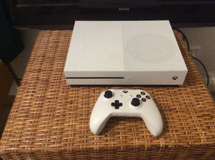 Xbox one S 500 GB with games and GTA5 but inside Consul