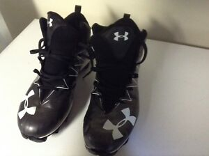 Souliers football Under Armor grand. 13 avec spikes