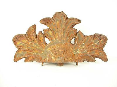 Elément d'architecture ancien en fer forgé fleurs de Lys symbole du Roi royauté