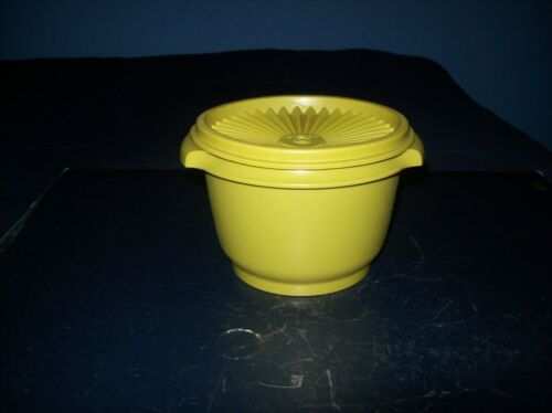 VINTAGE TUPPERWARE GREEN ROUND SERVALIER BOWL WITH LID GOOD CONDITION