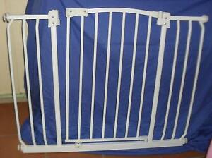 Extra wide white Baby/child safety gate for Doors & hallways Riverview Ipswich City Preview
